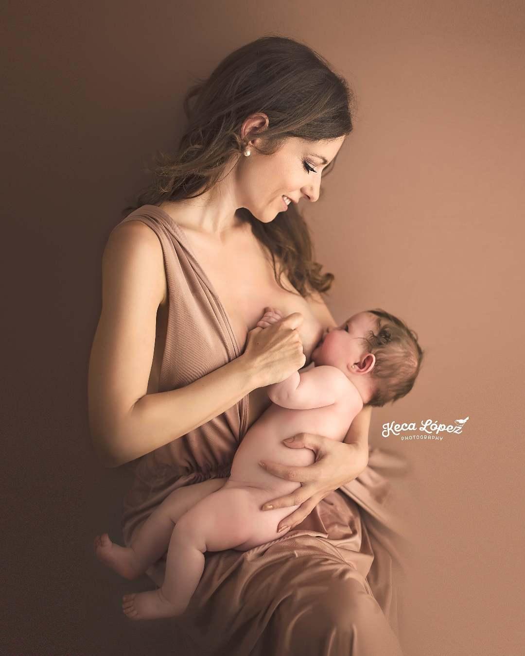 Madre da el pecho a su bebé. Sus miradas se cruzan y sonríen