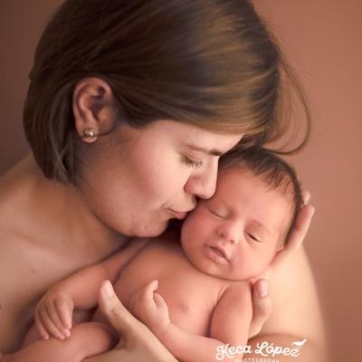 Madre con su recién nacido en brazos haciendo piel con piel